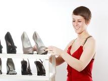 Mulher olhando sapatas agradáveis Imagem de Stock