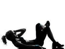 A mulher os abdominals da postura que da aptidão do exercício empurram levanta Fotografia de Stock Royalty Free
