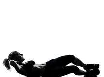 A mulher os abdominals da postura que da aptidão do exercício empurram levanta Foto de Stock