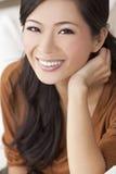 Mulher ou menina chinesa asiática nova feliz bonita Imagem de Stock