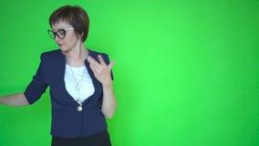 Mulher ou professor novo de negócio na roupa do negócio e em vidros vestindo, fundo de tela verde chave do croma vídeos de arquivo
