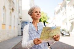 Mulher ou turista superior com o mapa na rua da cidade imagem de stock