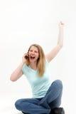 A mulher ouve a boa notícia sobre o telefone Imagens de Stock Royalty Free