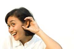 A mulher overhear a conversação foto de stock