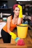 Mulher overworked atrativa na cozinha Imagens de Stock Royalty Free