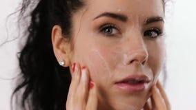 A mulher p?s a espuma sobre sua cara video estoque