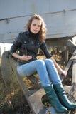 A mulher põr um pé sobre uma roda Foto de Stock