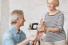 Mulher paciente delicada que ajuda seu marido imagens de stock
