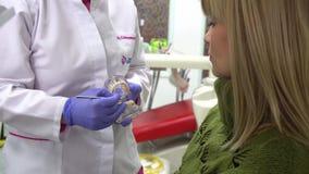 A mulher paciente do dentista do doutor das mentiras explica o paciente do diálogo filme