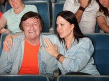 A mulher pacifica o homem Weeping imagem de stock