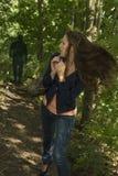 Mulher paranoide na floresta Imagens de Stock