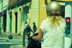 A mulher parou com o 'trotinette' no sinal em Cannes, F imagens de stock royalty free