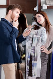 A mulher pede que seu noivo apresente seu vestido Fotos de Stock Royalty Free