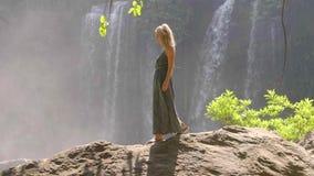 Mulher pela cachoeira video estoque