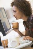 Mulher pelo computador com muitos copos do café vazio Imagens de Stock