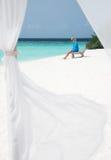 Mulher pelo mar Fotos de Stock Royalty Free