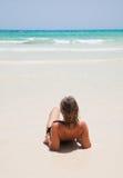 Mulher pelo oceano imagem de stock royalty free