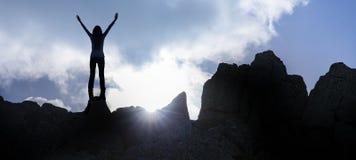 Mulher pelo por do sol na cimeira foto de stock royalty free