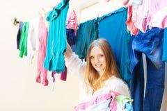 A mulher pendura a roupa para secar foto de stock royalty free