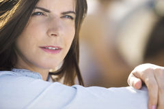 Mulher pensativa ao ar livre fotografia de stock