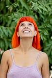 Mulher pensativa com o cabelo vermelho que enjoing um dia relaxado fotografia de stock royalty free