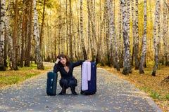Mulher pensativa com uma bagagem. Foto de Stock Royalty Free