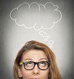 Mulher pensativa e bolha vazia com espaço da cópia acima de sua cabeça fotografia de stock royalty free