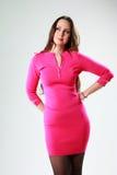Mulher pensativa na posição cor-de-rosa do vestido Imagens de Stock