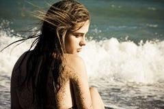 Mulher pensativa na praia imagens de stock