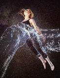 Mulher pensativa no respingo da água que flutua no ar Fotos de Stock