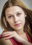 Mulher pensativa no vestido vermelho. Foto de Stock Royalty Free