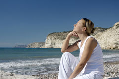 Mulher pensativa, nova na cena litoral. Fotos de Stock