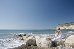 Mulher pensativa, nova na cena litoral. Imagem de Stock