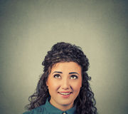 Mulher pensativa que olha acima Fotografia de Stock