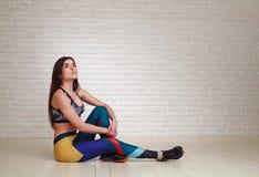 A mulher pensativa relaxado que descansa após a aptidão exercita a vista Foto de Stock Royalty Free