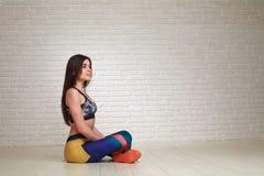 Mulher pensativa relaxado que descansa após exercícios da aptidão Imagem de Stock Royalty Free