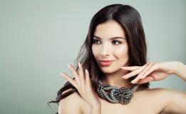 Mulher perfeita com cabelo e Bijou Necklace ondulados de Brown no cinza Imagem de Stock