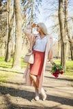 Mulher perfeita com flores fora Modelo fêmea louro Fotos de Stock Royalty Free