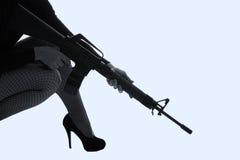Mulher perigosa no preto com espingarda de assalto fotos de stock