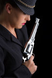 Mulher perigosa no preto com revólver de prata Imagem de Stock Royalty Free