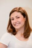 Mulher perniciosa com sorrir forçadamente feliz Imagens de Stock