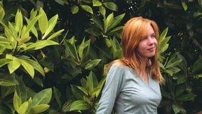 Mulher perto da árvore dos manguezais que olha ao redor video estoque