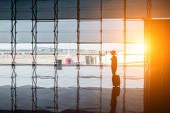 Mulher perto da janela do aeroporto Foto de Stock