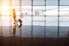 Mulher perto da janela do aeroporto Imagens de Stock Royalty Free