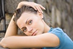 Mulher perto da parede de pedra Imagem de Stock