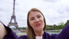 Mulher perto da torre Eiffel em Paris, França que faz o selfie Mulher de sorriso do turista que viaja em Europa video estoque