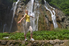 Mulher perto das cachoeiras Fotografia de Stock