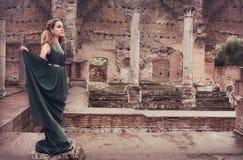 Mulher perto das ruínas antigas Fotos de Stock Royalty Free