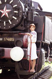 Mulher perto de um trem Fotografia de Stock Royalty Free