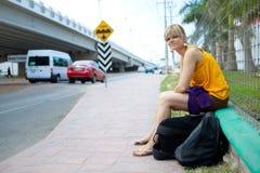 Mulher perto de uma estrada Imagem de Stock Royalty Free
